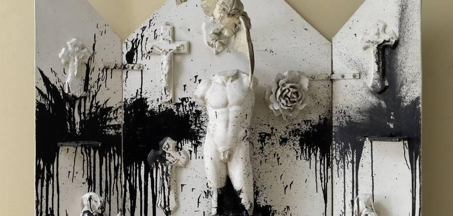 "Niki de Saint Phalle,"" Autel noir et blanc"", 1962  © 2018 NIKI CHARITABLE ART FOUNDATION, All rights reserved.  Photo : © André Morin / Courtesy Galerie GP & N Vallois, Paris"