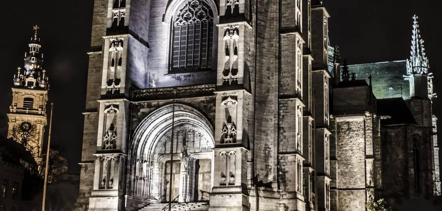 Vue de la Collégiale Sainte Waudru en soirée © G.Mathelot